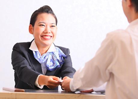 《転勤無し》ホテルの顔となるフロントスタッフ。様々な業務を行うので、身に付くスキルも豊富!